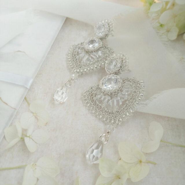 Srebrne kolczyki ślubne wotoeczeniu zaproszenia ślubnego, wstążki ikwiatów